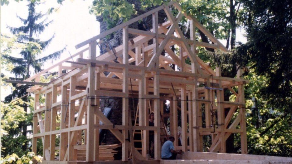 Zřícenou kamennou hradní síň nahradili restaurátoři klasickou dřevěnou trámovou konstrukcí