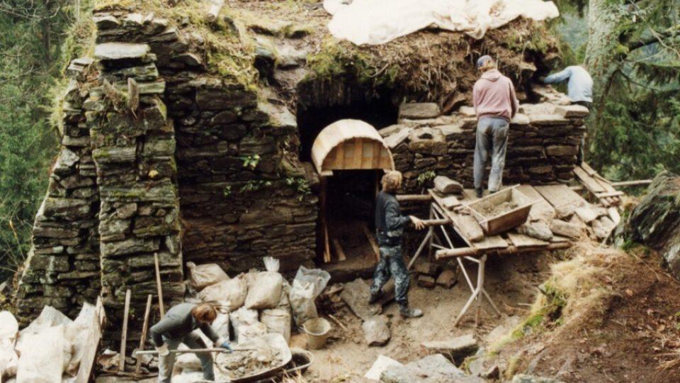 Práce na obnově lesního hrádku byly náročné i vzhledem k obtížné dostupnosti stavby