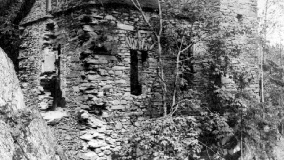 Na historickém snímku ze 30. let 20. století je hrádek Aichelburg ještě kamennou stavbou s rozpadlou šindelovou střechou
