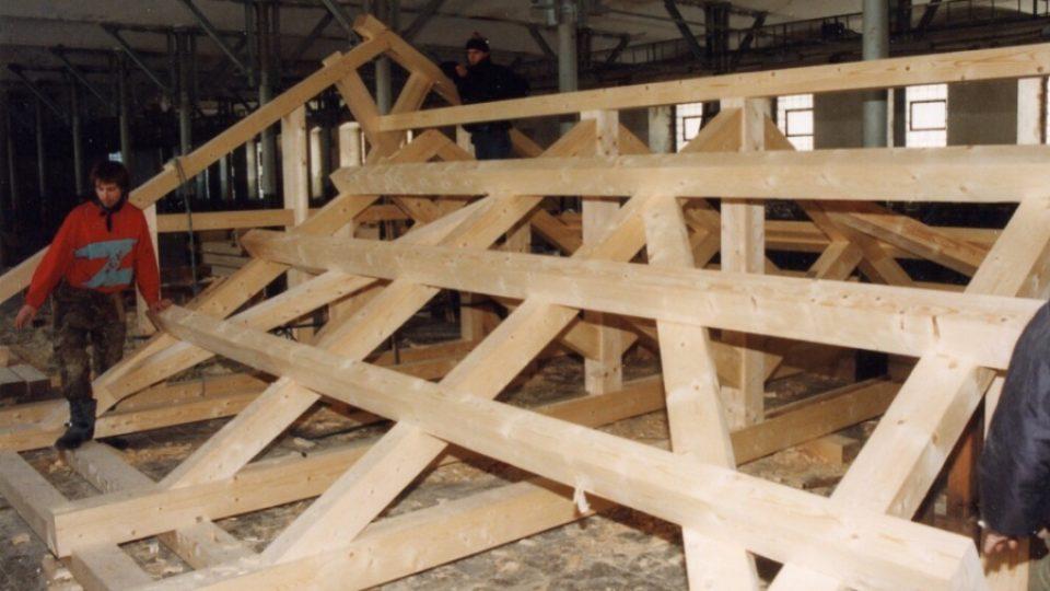 Hrázděnou konstrukci sestavili tesaři přes zimu v hale bývalé textilní továrny v Temném Dole