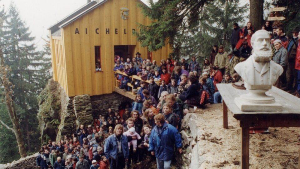 Bustu Bertholda Aichelburga nalezenou v rodové hrobce vynesli na zrekonstruovaný lesní hrádek přátelé Veselého výletu v listopadu 1999