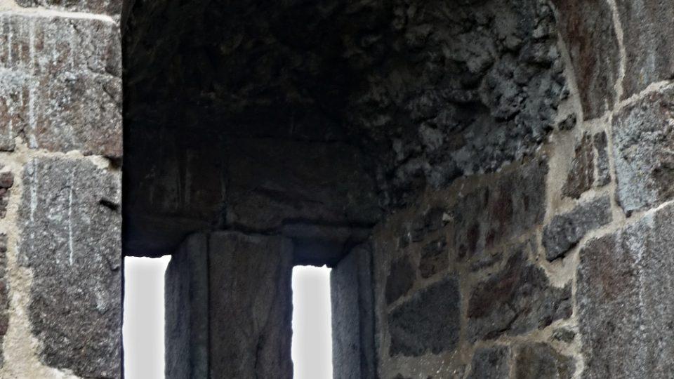 Kamenné okno ve druhém patře obytné hradní věže na Přimdě