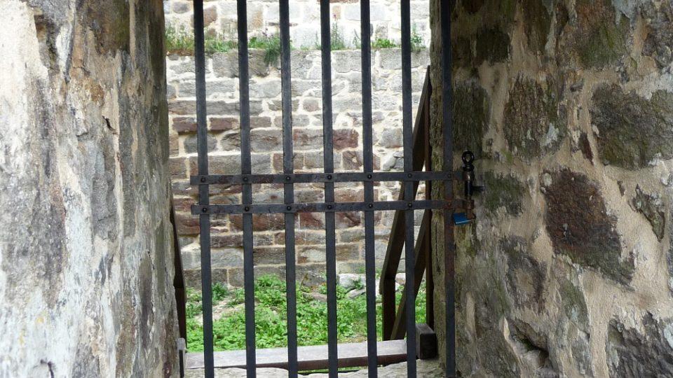Mohutné zdi hradu Přimda plnily svoji funkci bezchybně. Podlehly až zásahu blesku na začátku 18. století