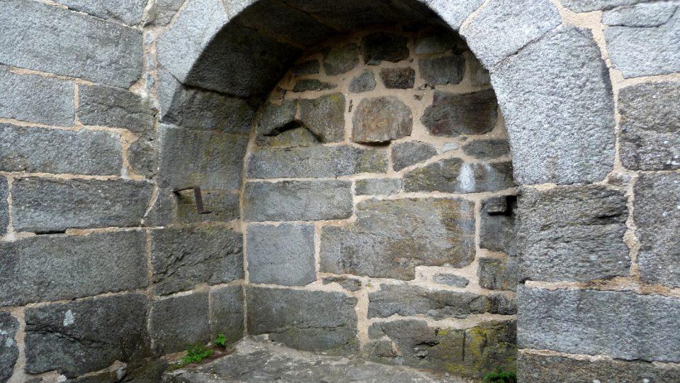 V přimdské vězeňské kobce se zachovalo kromě prevétu také lůžko pro odsouzeného