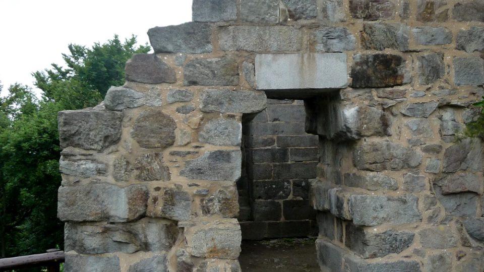 Vězeňská kobka zvaná temnice na hradě Přimda pamatuje i nejslavnějšího vězně, pozdějšího krále Přemysla Otakara II
