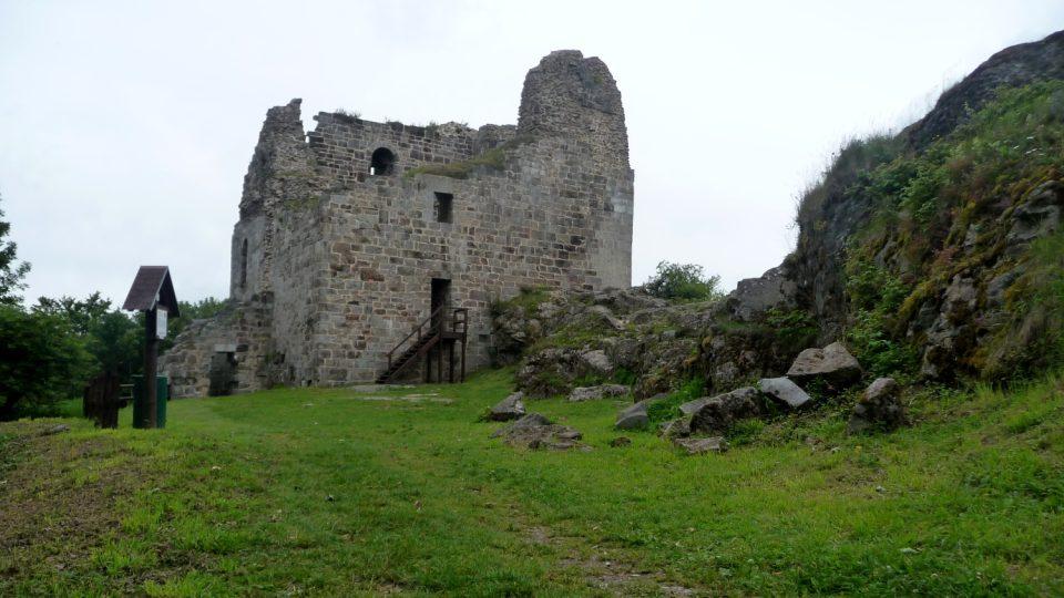 Hrad Přimda svou mohutností odrazoval obléhatele už z dálky