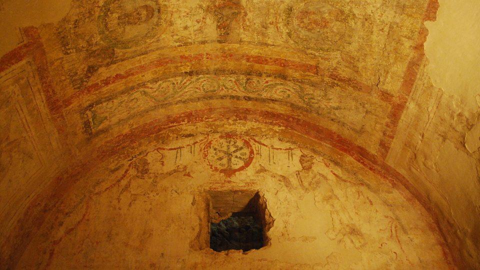 Malby na stěnách a stropech se dochovaly dodnes