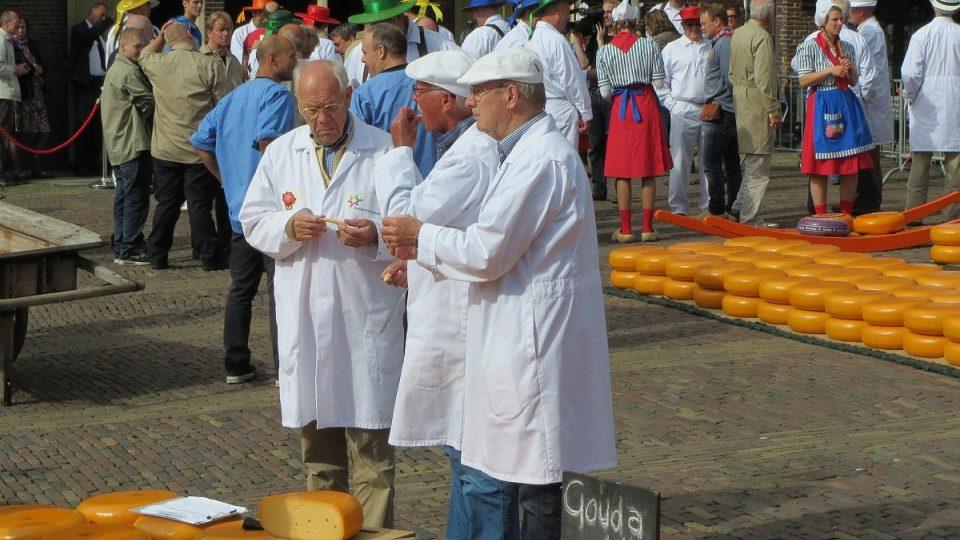 Kontroloři zjišťují kvalitu sýrů