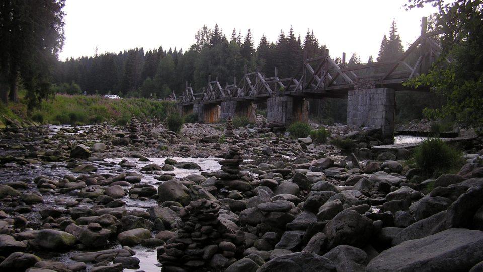 Úsek Vydry pod hradlovým mostem je nesplavný, a tak se jej na přelomu 18. a 19. století rozhodli obejít vystavěním plavebního kanálu