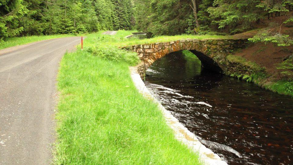Klenuté kamenné mostky dotvářejí romantický kolorit plavebního kanálu