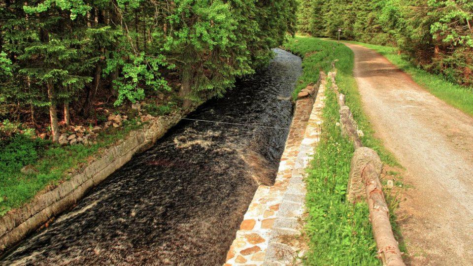 Na třech místech je tok vody v plavebním kanálu urychlen takzvaným skluzem
