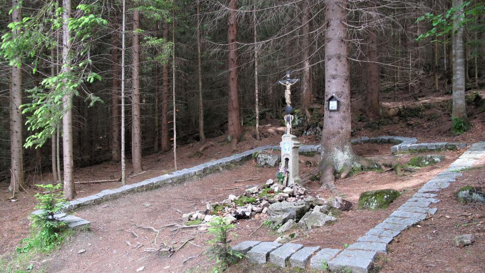 Obrys jedné ze tří Hauswaldských kaplí v lese nedaleko Vchynicko-tetovského plavebního kanálu
