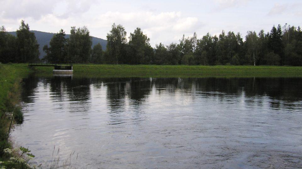 Na konci kanálu u obce Srní byla ve 30. letech vybudována přepouštěcí nádrž vodní elektrárny Vydra