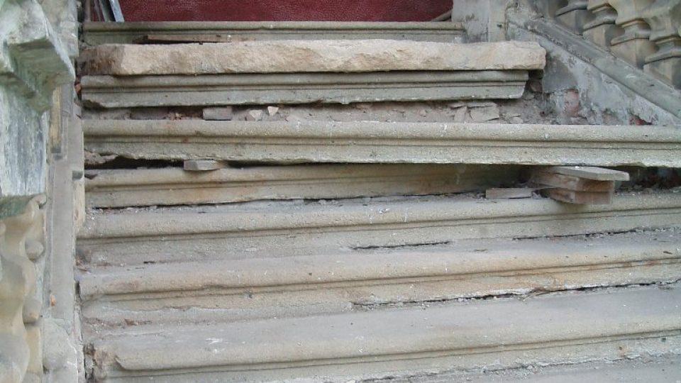 Schodiště ve veltruském zámku se stále opravuje