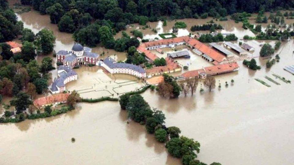 Pohled na veltruský zámek při povodni 2002