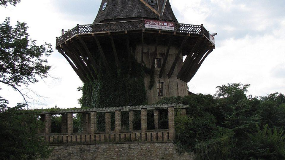 Místní kolorit doplňuje budova mlýna