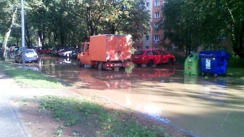 Zaplavená ulice v Ostravě-Porubě (v osm hodin ráno)