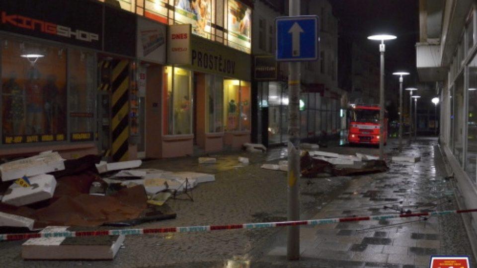 Vítr poničil střechu v centru Ostravy