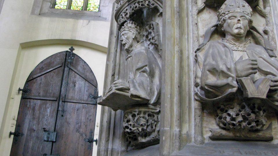 Detail kazatelny v kostele Panny Marie na Náměti