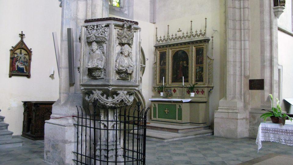 Kazatelna v kostele Panny Marie Na Náměti a v pozadí oltářní retábl sv. Anny Samotřetí