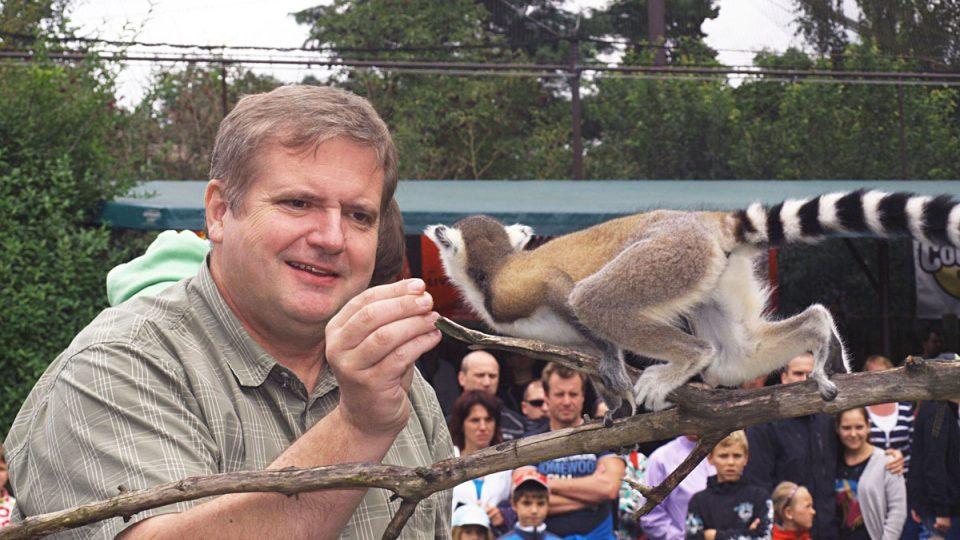 Křtiny mláděte lemura kata (lemur dostal jméno Pepa, kmotr Pavel Kudrna)