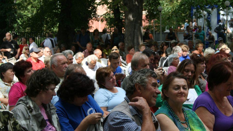 Diváci v hledišti pódiového programu Pivních slavností Léta s pěnou