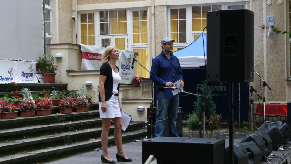 Moderátoři narozeninového programu Iveta Chlumská a Patrik Rozehnal