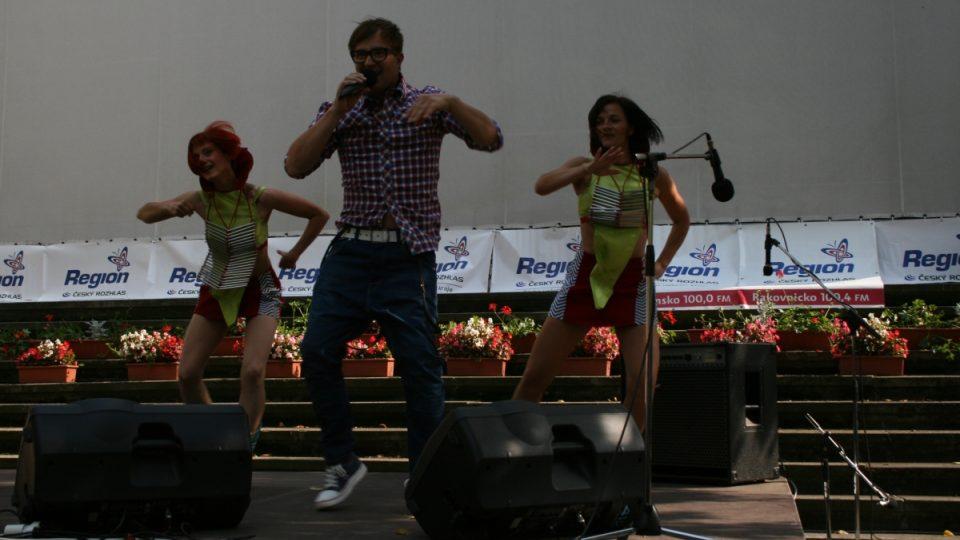 Pódiové vystoupení Petra Kotvalda s tanečním doprovodem
