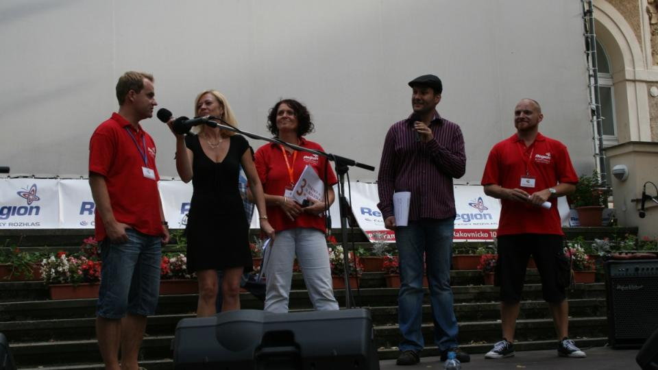 Redaktoři Michal Trnka, Jana Huzilová a Pavel Pavlas na pódiu s Ivetou Chlumskou a Patrikem Rozehnalem