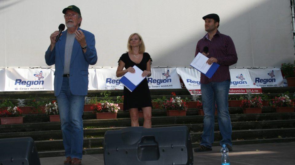 Eduard Hrubeš na pódiu s Ivetou Chlumskou a Patrikem Rozehnalem