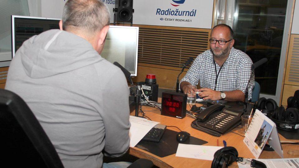 Egyptolog Miroslav Bárta s Janem Pokorným ve studiu Radiožurnálu