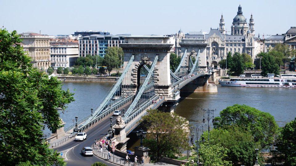Řetězový most spojuje oba břehy města