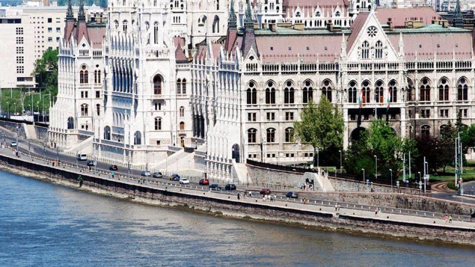 Výhled na maďarský parlament z ochozu nad Dunajem