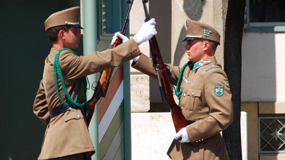 Střídající se stráže před sídlem maďarského prezidenta