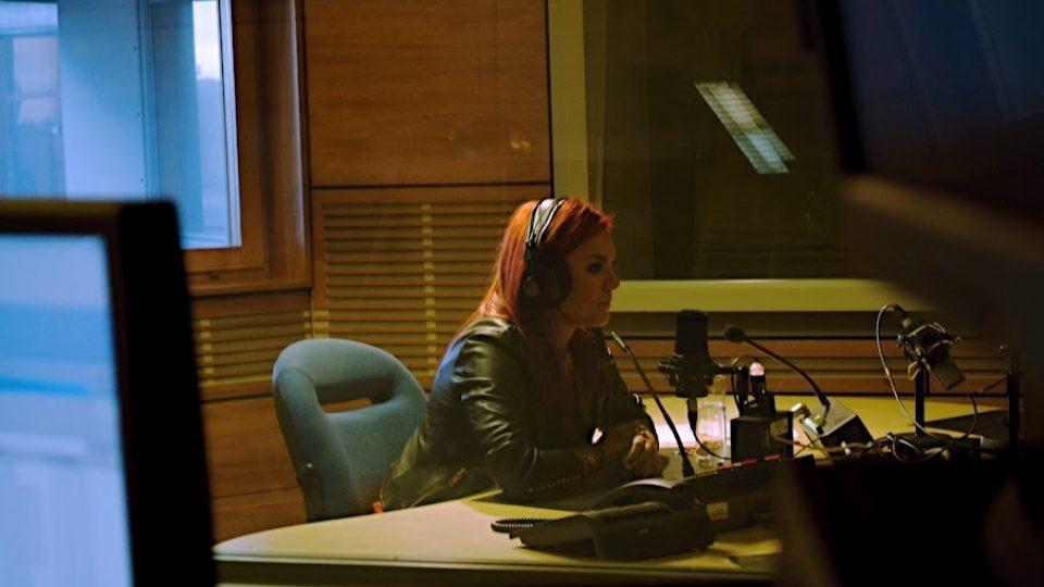 Ewa Farna ve studiu Českého rozhlasu při natáčení Školy hitů pro Radio Junior
