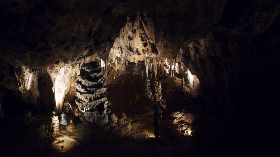 Ve spodních patrech se člověk může cítit jako speleolog