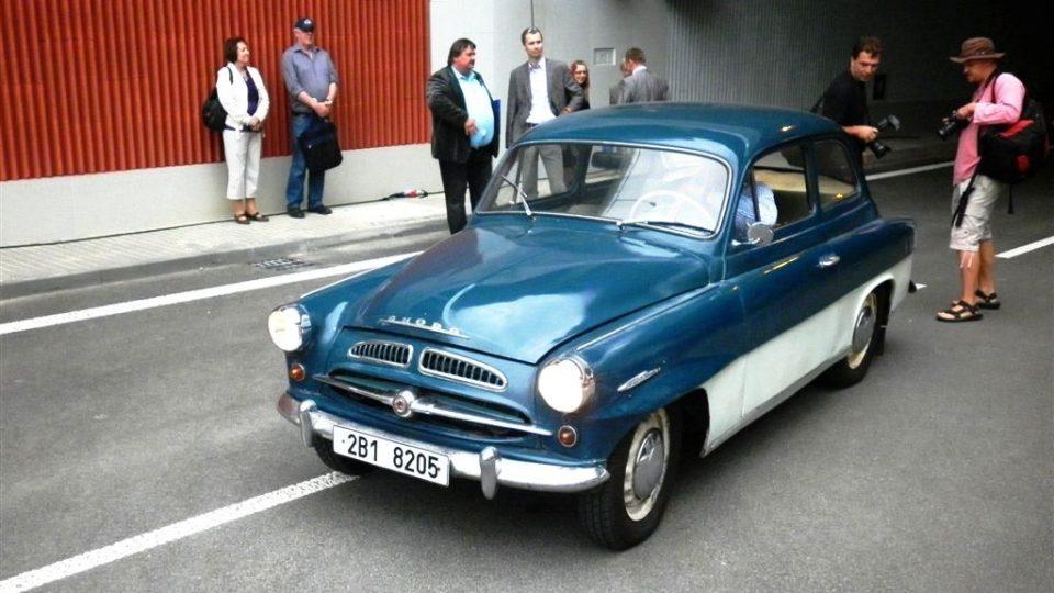 Jako první vozidlo po oficiálním otevření tunelů Dobrovského projela padesátiletá Škoda Octavia Super