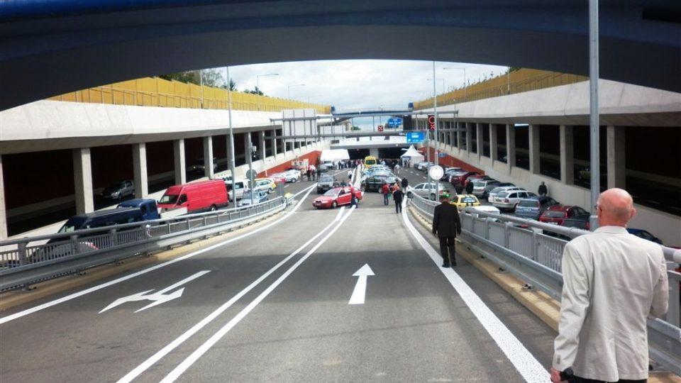 Součástí stavby jsou i nájezdové portály mimoúrovňové křižovatky