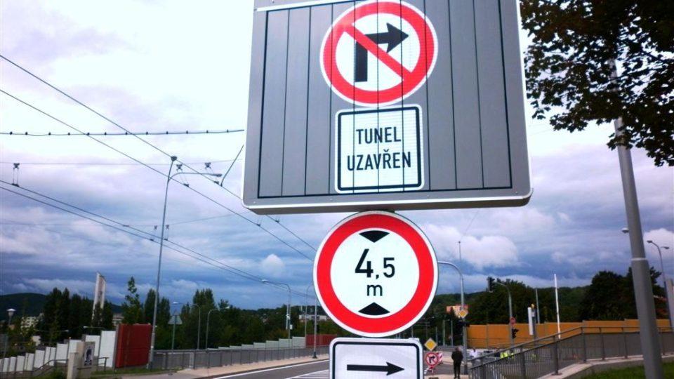 Tuto podobu proměnné značky u odbočky do tunelu snad řidiči příliš často neuvidí