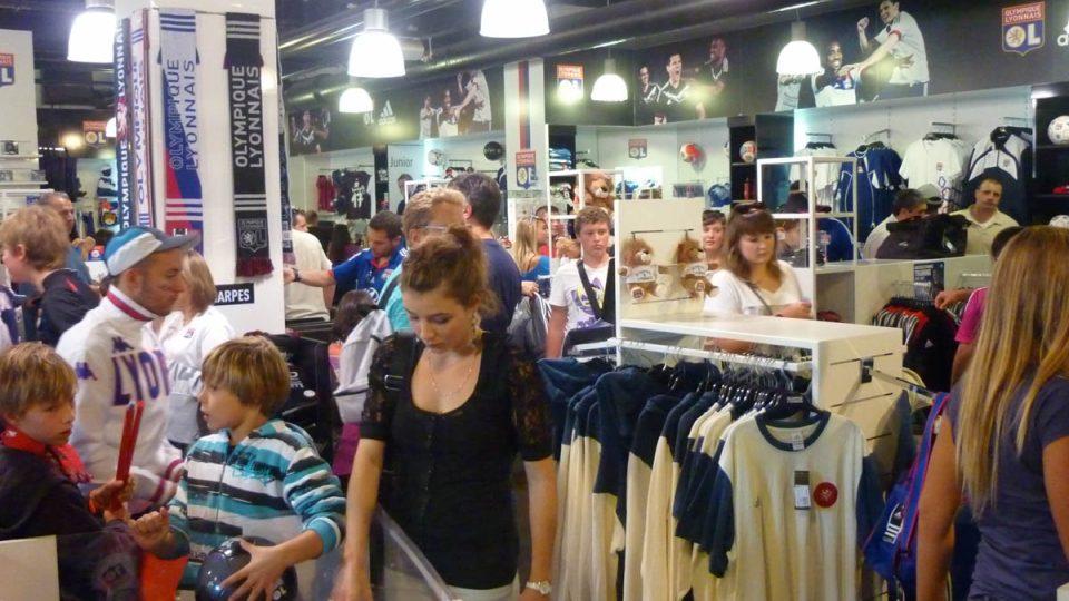 Fotbalový Lyon má hned tři obchody se suvenýry