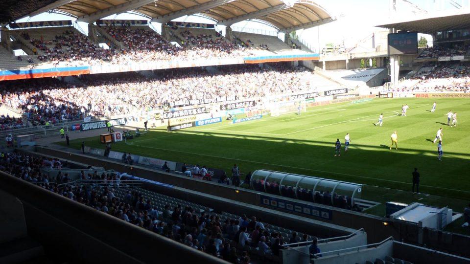 Oblouky nad tribunami jsou památkově chráněné, a proto klub nemůže stadión přestavět