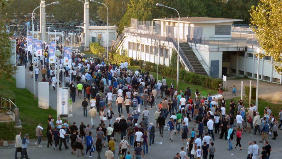 Fanoušci přicházejí na stadión Gerland