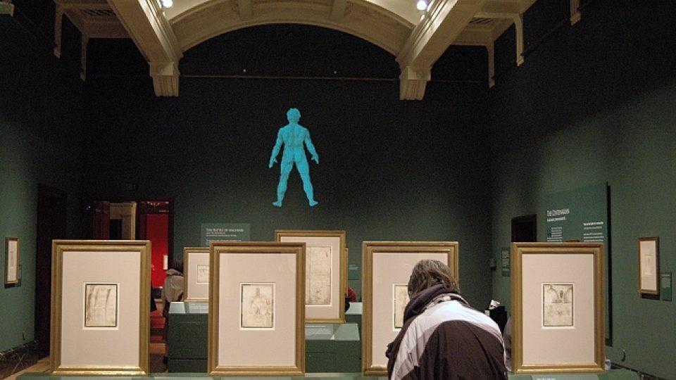 Pohled do jednoho z výstavních sálů Queen´s Gallery s Leonardovými anatomickými kresbami.