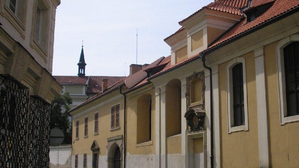 Vstupní průčelí Vlašského špitálu s kaplí P. Marie a sv.  Karla Boromejského