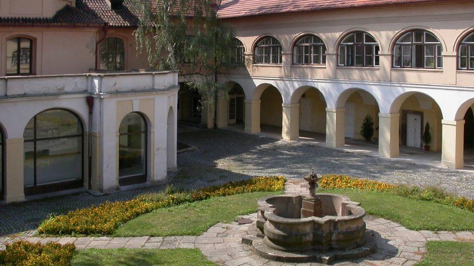 Pohled do vnitřního dvora Vlašského špitálu, dnes Italského kulturního institutu