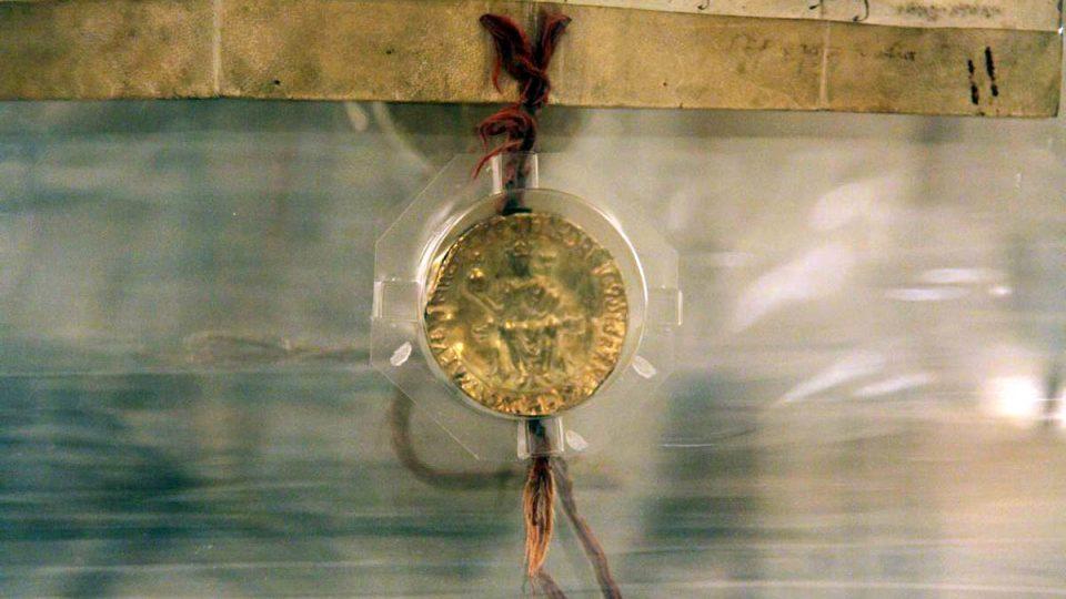 Pečeť na dokumentu je ze slitiny zlata a stříbra