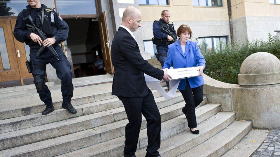 Převoz dokumentu pod dohledem policie