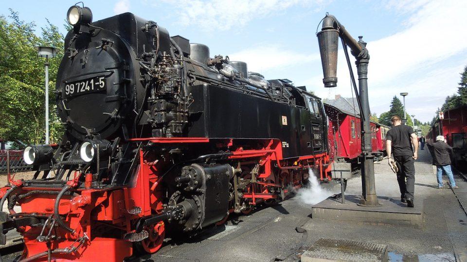 Lokomotiva vyráží z nádraží Wernigerode