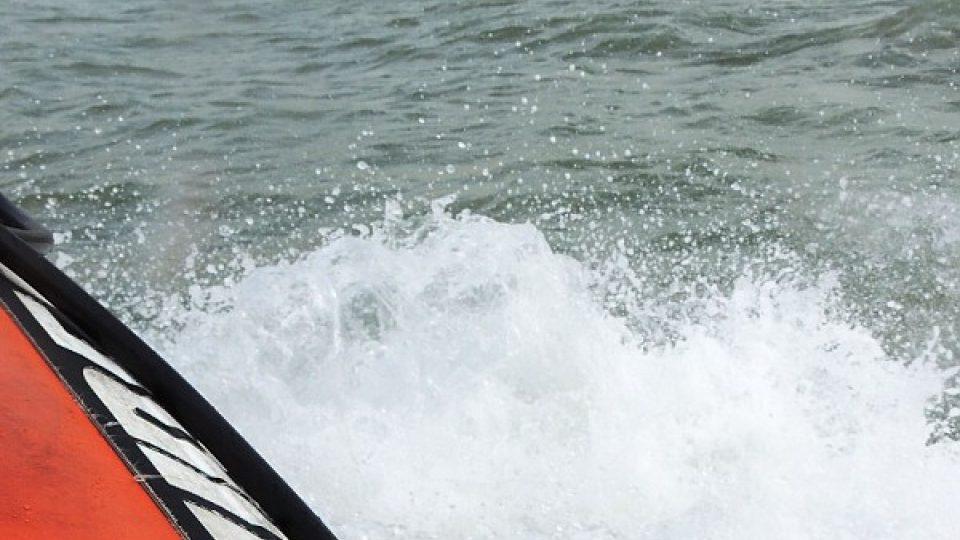 Takhle vypadají útesy z paluby rychle jedoucího člunu