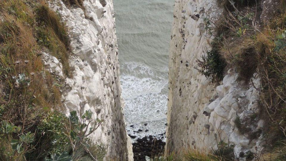 Celé pobřeží je vystaveno přírodní erozi